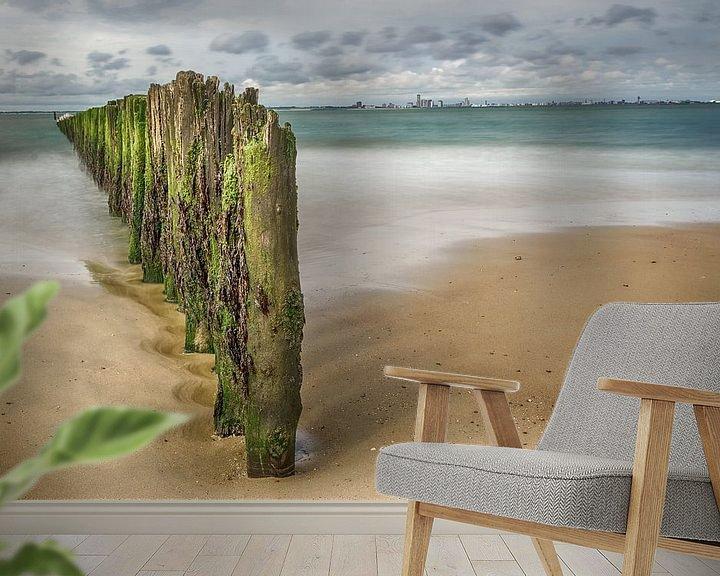 Sfeerimpressie behang: Strand met palen van Mark Bolijn