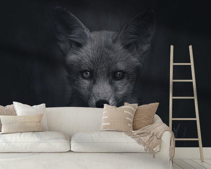 Sfeerimpressie behang: Portret van een jonge vos in de Nederlandse natuur in zwart-wit van Maarten Oerlemans