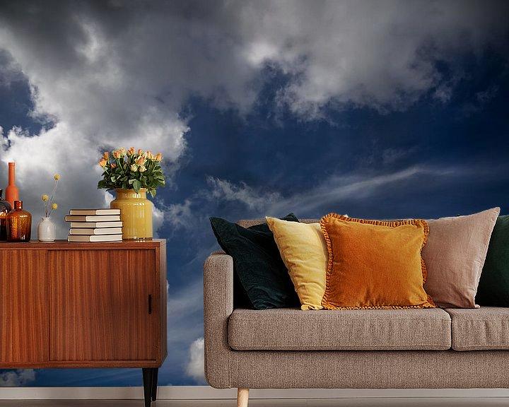 Sfeerimpressie behang: Blauwe lucht van Martijn Tilroe