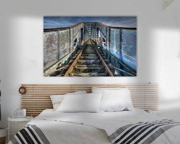 Spoorbrug in verlatenheid van Erik Borst