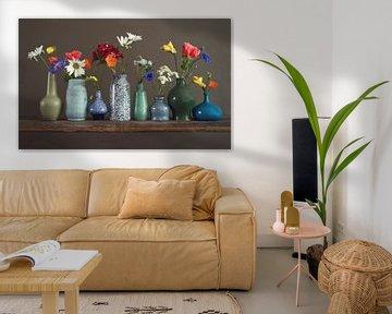 Blumenvasen auf einem Regal von Matty Maas