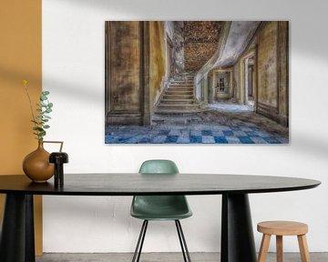 Oude trap in oude gebouw in Frankrijk van Robert Van den Bragt