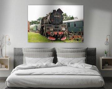 Schwarze polnische Dampflokomotive im Depot Maldegem I Retro-Look - Industrieller I Kunst-Farbdruck von Floris Trapman