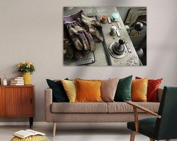 Treincabine met werkhandschoenen en hendels I Retro look - industrieel I Art kleurenprint van Floris Trapman