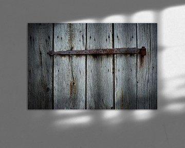 Oud roestig scharnier op een verweerde houten schuur van Jenco van Zalk