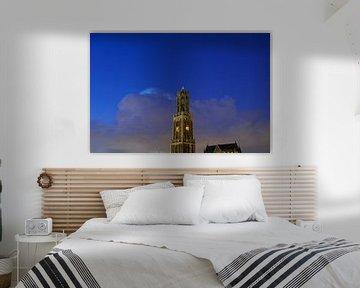 Domtoren en Domkerk in Utrecht met donderwolk en sterrenhemel van Donker Utrecht