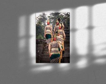 traditioneel geklede dames lopend op een tempel op Java, Indonesië. van Jeroen Langeveld, MrLangeveldPhoto