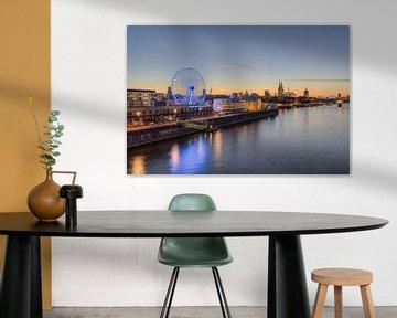 Keulse skyline met reuzenrad van Michael Valjak