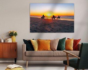 Reiten am Strand bei Sonnenuntergang an der Nordseeküste von Nisangha Masselink