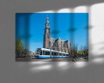 Stadtbild von Amsterdam in den Niederlanden mit der Westerkerk von Nisangha Masselink