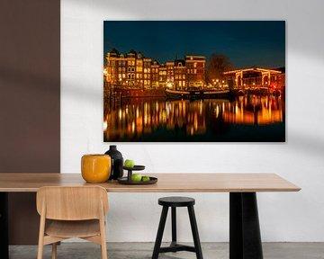 Amsterdam aan de Amstel bij nacht in Nederland van Nisangha Masselink