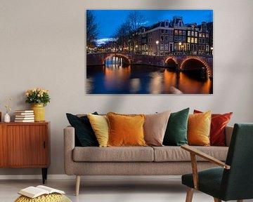 Amsterdamer Grachten bei Nacht in den Niederlanden von Nisangha Masselink