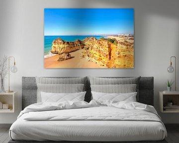 Rotsen en oceaan bij Alvor in de Algarve Portugal van Nisangha Masselink