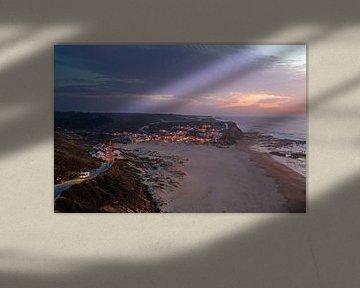Luftaufnahme des Monte Clerigo bei Sonnenuntergang an der Algarve Portugal von Nisangha Masselink