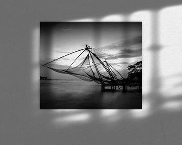 Chinesische Fischernetze bei Sonnenuntergang schwarz-weiß von Rik Plompen