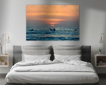 Surfers bewonderen de zonsondergang bij Terschelling van Surfen - Alex Hamstra Photography