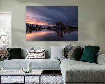 De Amsteltoren gefotografeerd vanaf de Amstelhoeck tijdens zonsondergang van Leon Doorn