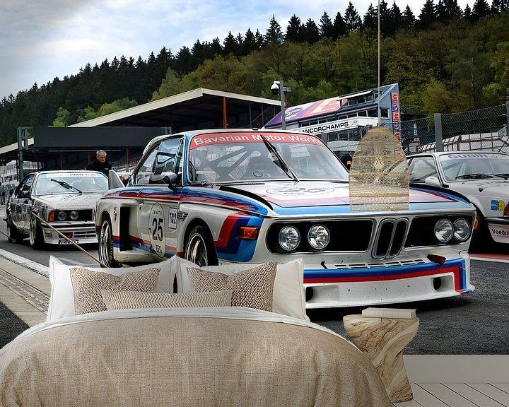 Sfeerimpressie behang: BMW CSL 'Batmobile' racer 1977 van Bas Bleijenberg