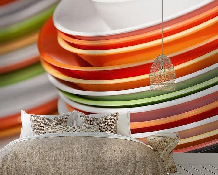 Sfeerimpressie behang: Opgestapeld gerechten in wit, oranje en groen van Tony Vingerhoets