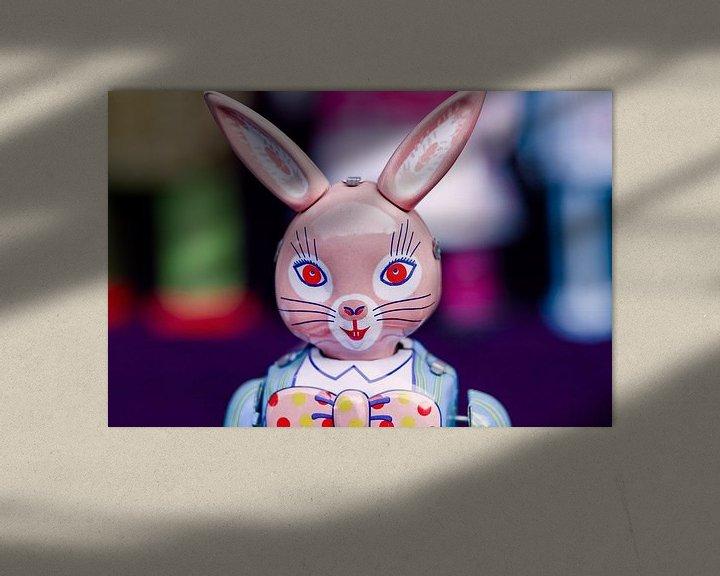 Sfeerimpressie: Metal uitstekende stuk speelgoed van een konijn op een rommelmarkt van Tony Vingerhoets