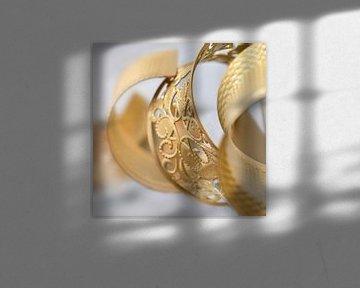 Bracelet orné d'or de couleur dans un environnement blanc sur Tony Vingerhoets
