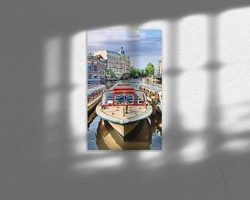 Retro stijl Tour boot met oude herenhuis in Amsterdam van Tony Vingerhoets