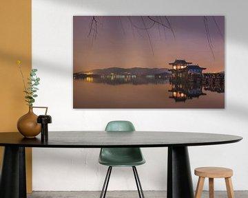 Oude houten boot weerspiegeld in de beroemde Westlake in de nacht van Tony Vingerhoets