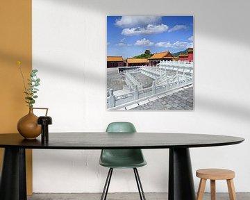 Chinese paleis met balustrades en trappen en de blauwe hemel van Tony Vingerhoets