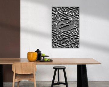 riool te dekken met een bliksem teken en grafisch patroon van Tony Vingerhoets