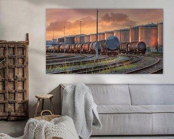wagons de trains avec des silos éclairés par la lumière du soleil en fin de journée sur Tony Vingerhoets