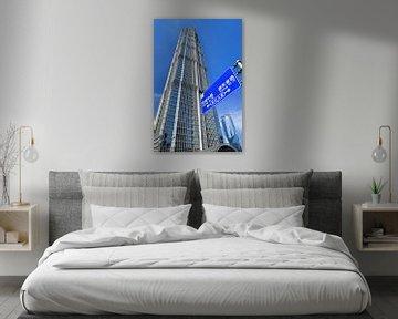 Shanghai Jinmao Tower avec la signalisation de la circulation et le ciel bleu sur Tony Vingerhoets