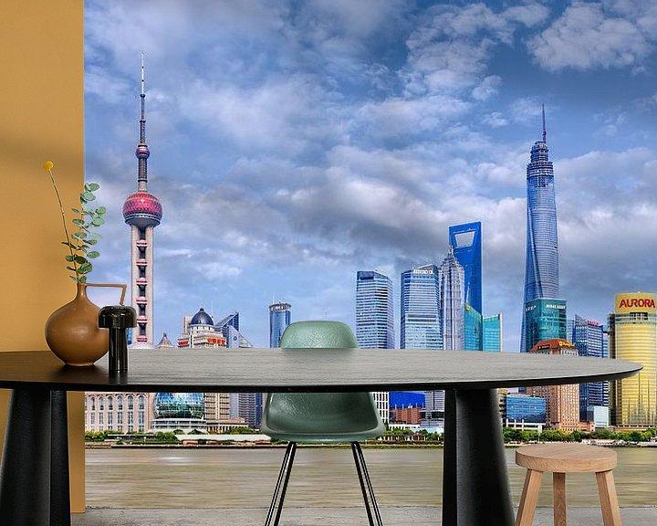 Sfeerimpressie behang: De horizon van Shanghai met hoge wolkenkrabbers tegen een blauwe hemel van Tony Vingerhoets
