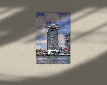 Tour touristique Amsterdam contre un ciel bleu ensoleillé sur Tony Vingerhoets