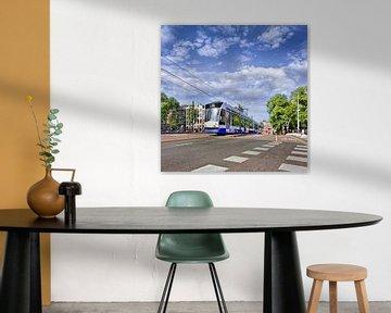 En approchant de tramway sur une route avec des marques à Amsterdam sur Tony Vingerhoets