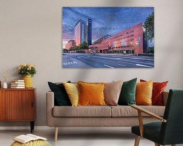 Interpolis Hauptsitz Tilburg in der Dämmerung mit einem lila Himmel von Tony Vingerhoets