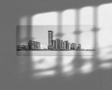 Skyline, Boulevard und Badestrand von Vlissingen (Panorama, schwarz-weiß) von Fotografie Jeronimo