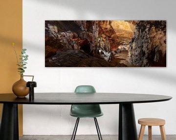 Vranjaca-Höhle mit vielen Stalagmiten und Stalaktiten im Zentrum Kroatiens von Joost Adriaanse