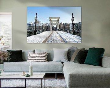 Verschneite schlanke Brücke in Amsterdam von Nisangha Masselink