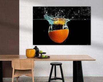 Des éclaboussures d'orange dans l'eau sur Nisangha Masselink
