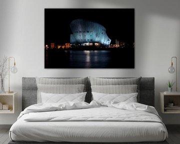 Nemo-Gebäude in Amsterdam am Hafen bei Nacht von Nisangha Masselink