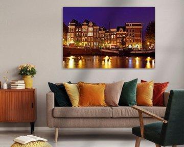 Middeleeuwse huizen in Amsterdam aan de Amstel bij avond van Nisangha Masselink
