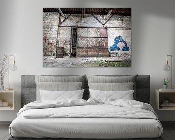 Tor mit Eeyore in verlassener Fabrikhalle, Belgien von Art By Dominic