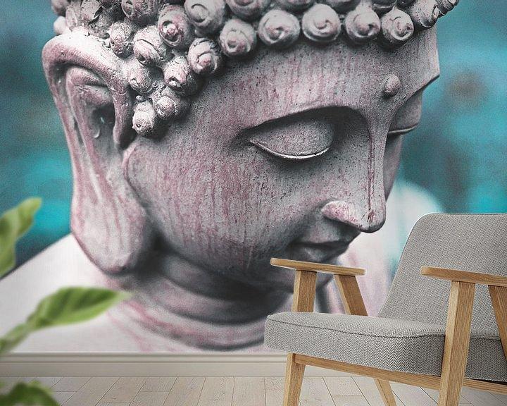 Sfeerimpressie behang: Boeddha hoofd tegen blauwe / turquoise achtergrond. van Wieland Teixeira