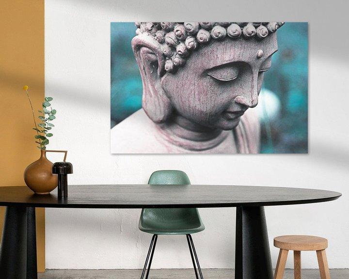 Sfeerimpressie: Boeddha hoofd tegen blauwe / turquoise achtergrond. van Wieland Teixeira