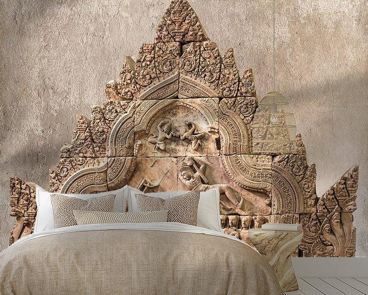 Sfeerimpressie behang: Strijdtafereel in steen in de tempel, Cambodja van Rietje Bulthuis