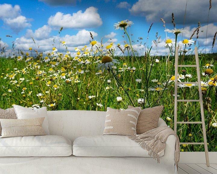 Sfeerimpressie behang: Wilde bloemen langs de weg van Wieland Teixeira