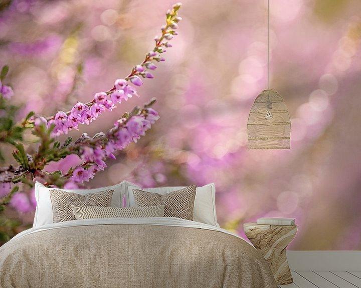 Sfeerimpressie behang: Bloeiende heide met bokeh van Roosmarijn Bruijns