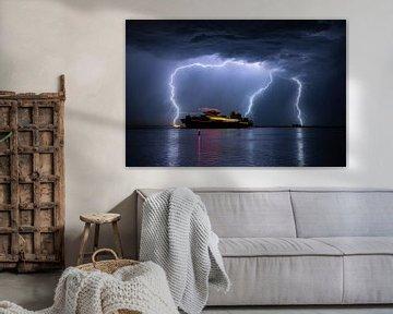 Schiff segelt während eines schweren Gewitters aus von Menno van der Haven