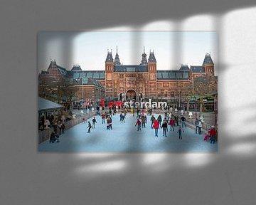 Schaatsen op de ijsbaan bij het Museumplein in Amsterdam van Nisangha Masselink