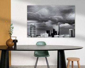 Skyline von Rotterdam mit schwerer, wütender Wolkendecke von Friso Kooijman